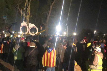 Un centenar de personas se concentran frente a la cárcel de Lledoners en apoyo a Sànchez y Turull