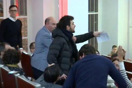 Un alborotador interrumpe un acto de Borrell con Sociedad Civil Catalana