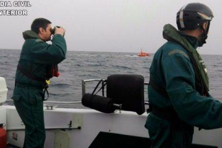 La Guardia Civil intercepta a 12 residentes del CETI de Ceuta huyendo en una embarcación hacia la península