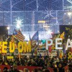 """Miles de personas se manifiestan en Barcelona: """"Tumbemos al régimen. República catalana"""""""