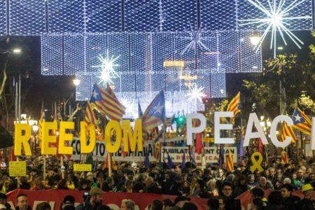 Miles de personas se manifiestan en Barcelona: «Tumbemos al régimen. República catalana»