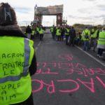 Francia suspenderá la subida de los impuestos a los carburantes para calmar a los 'chalecos amarillos'
