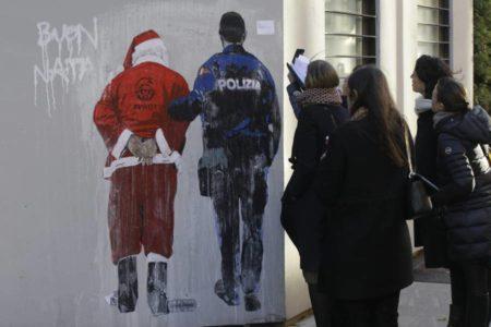 Italia 'esposa' a Papá Noel por inmigrante