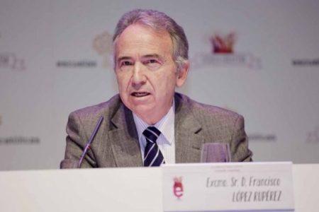 Sánchez aprobó en el Consejo de Ministros de Barcelona condecorar… ¡al 'padre' de la LOMCE que quiere abolir!