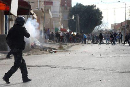 Las protestas vuelven a Túnez tras el suicidio a lo bonzo de un joven periodista