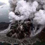 Indonesia sigue en alerta de tsunami por la erupción del volcán Anak Krakatoa