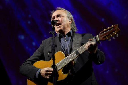 Serrat interrumpe un concierto para contestar a un espectador que le exigió cantar en catalán