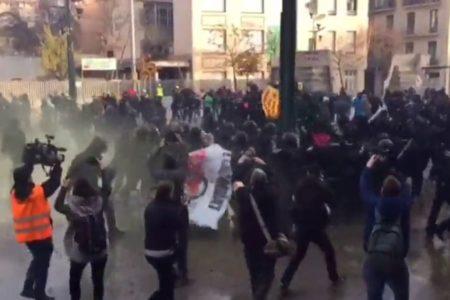 Fuertes enfrentamientos entre manifestantes antifascistas y Mossos d'Esquadra por la presencia de Vox en un acto por la Constitución en Girona
