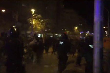 Los Mossos cargan contra manifestantes contrarios a un acto de Vox en Terrassa
