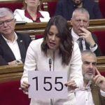 Arrimadas exhibe en el Parlament un cartel con el 155 impreso y Torra le avisa de que no se dejará amedrentar