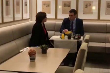 Sánchez y Colau se reúnen antes del inicio del consejo de ministros
