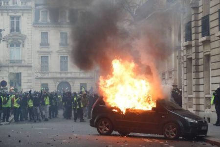 El hartazgo vuelve a sacar a la calle a los 'chalecos amarillos' en toda Francia