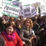 Protestas feministas en el Parlamento andaluz ante el debate de investidura