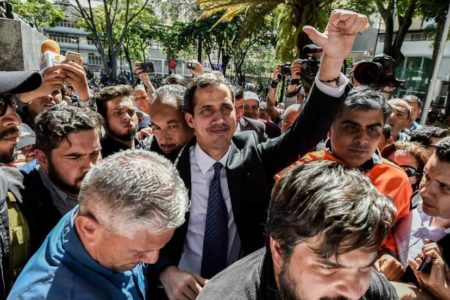 La oposición a Maduro se despliega en los barrios para difundir su plan entre los militares