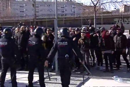 Los Mossos expulsan a un grupo de manifestantes que se coló en el acto de Vox en L' Hospitalet de Llobregat