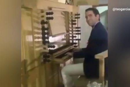 García Egea responde a Puigdemont tocando el piano a ritmo del himno de España