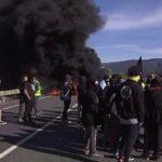 Dos mossos heridos tras colisionar con unos neumáticos en las barricadas del 21D
