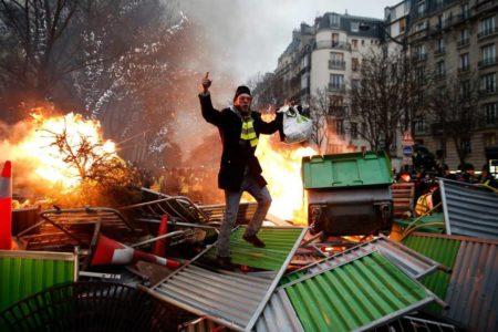 Los 'chalecos amarillos' mantienen su desafío al Gobierno de Macron