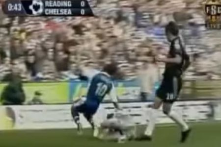 La patada que obligó a Cech a jugar con casco