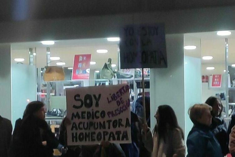 Homeopatía: El último ridículo de la homeopatía: pancartas contra Pedro Duque con faltas de ortografía