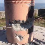 Derriban a martillazos un monumento franquista en Ondarroa