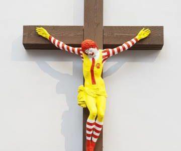 Un payaso de McDonald's crucificado como si fuera Jesucristo desata la polémica en Israel
