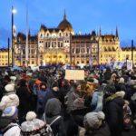 Miles de húngaros vuelven a la calle para protestar contra la ley de horas extra de Orbán