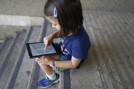Mejor el móvil que un libro: así muere la lectura a los 15