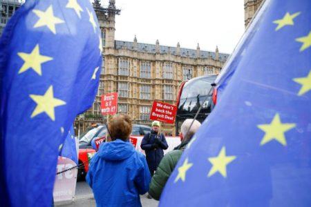 Bruselas solo ofrece matizaciones al acuerdo del Brexit ante la agonía de May