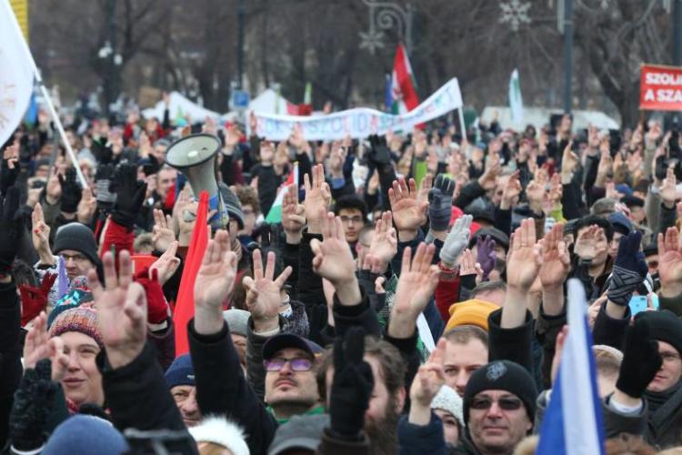 """Miles de húngaros a Orbán: """"Ya hemos tenido suficiente"""""""