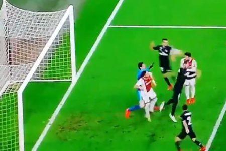 El VAR anula un gol al Ajax por fuera de juego