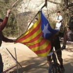 Un independentista derriba con su estelada al ciclista Carlos Coloma