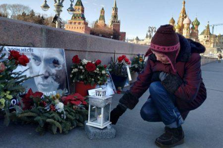 Los 'ángeles' guardianes del opositor ruso Nemtsov velan por su memoria