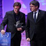 El equipo de 'Dos Cataluñas' devuelve el premio Cinema for Peace tras recibirlo de manos de Puigdemont