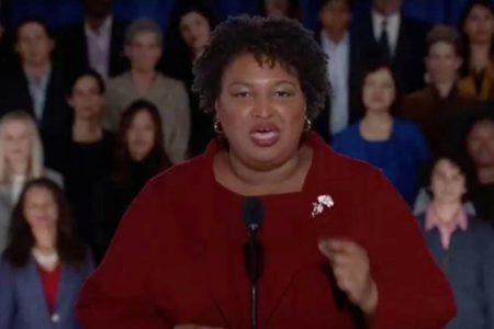 """Stacey Abrams: """"Estados Unidos es más fuerte por la presencia de inmigrantes, no de muros"""""""