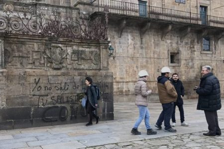 Pintadas contra la Iglesia, los Borbones y Vox en la catedral de Santiago