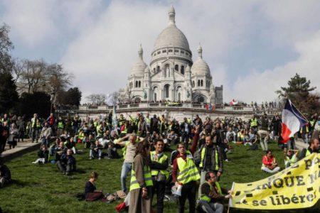 Los 'chalecos amarillos' salen a la calle limitados por fuertes medidas de seguridad