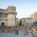 Tunick retrata a 1.300 personas desnudas en Valencia en clave feminista