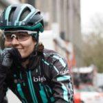 Una ciclista es obligada a parar por dar caza al pelotón de hombres