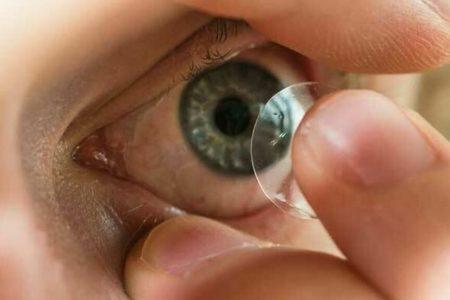 Así es la bacteria de las lentillas que devora la córnea: «Me dijeron que perdería el ojo»