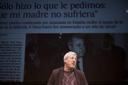 El médico condenado por eutanasia se somete a juicio en el teatro