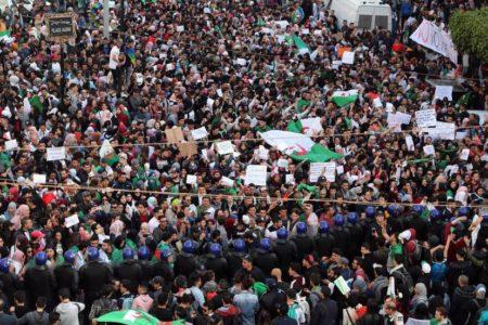 Buteflika renuncia a otro mandato presidencial y aplaza las elecciones
