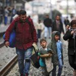 Un bulo empuja a cientos de refugiados hacia la frontera de Grecia con Macedonia del Norte