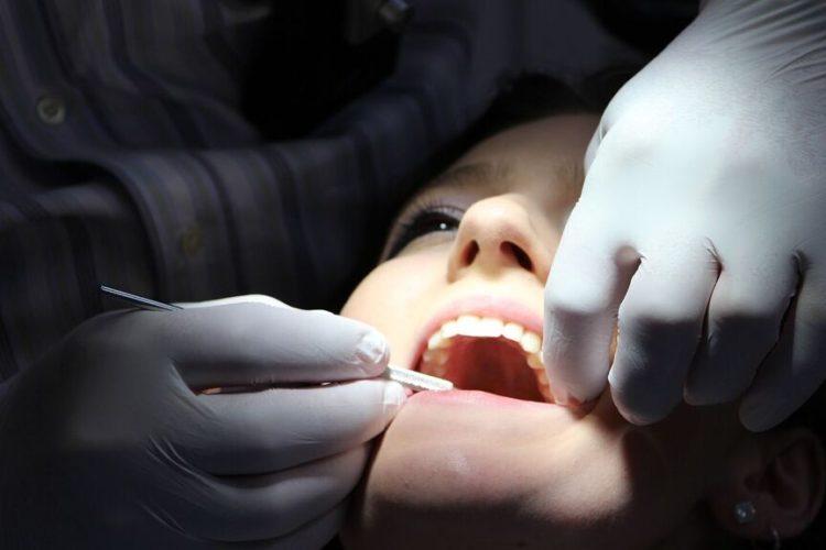 ¿Empastes a 10 euros? Colau anuncia los primeros dentistas públicos en España