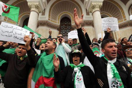 La partida de argelinos 'sin papeles' hacia Europa desnuda la debilidad del régimen