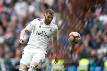 Benzema, lesionado, da opción a Mariano o a Asensio como nueve falso