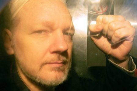 Assange condenado a 50 semanas de prisión por violar la condicional