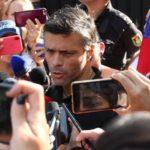 Leopoldo López afronta una orden de arresto refugiado en la Embajada española