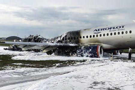 Tripulantes y pasajeros apuntan que un rayo alcanzó el avión siniestrado en Moscú