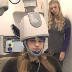 El casco que 'reinicia' el cerebro llega a España: la nueva esperanza contra la depresión